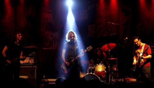 O iluminado vocalista e guitarrista Gabriel Zander leva o Zander pra frente com carisma discreto