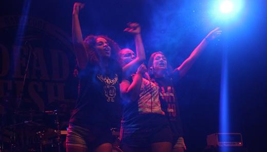 Emoção pura: o momento exato em que as mulheres tomam o poder durante o show do Dead Fish