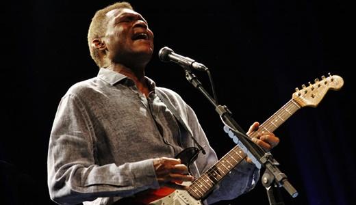 Toda a simplicidade de Robert Cray e o modo peculiar e marcante de tocar guitarra no blues