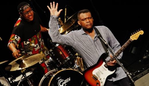 Cray acena para o público, com o ótimo baterista Terrence Clark fazendo das suas no fundo