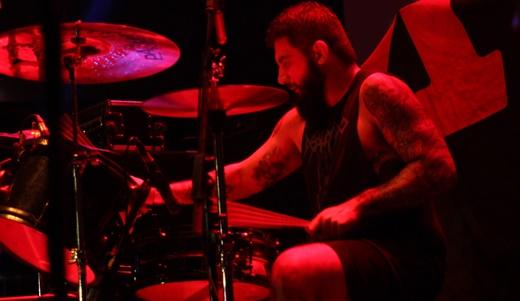 O provocante baterista Victor Miranda, que acelera ainda mais as músicas no show do Surra