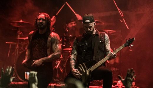 O baixista Josh Gilbert, bom nos vocais limpos, com Lambesis e o batera Jordan Mancino no fundo
