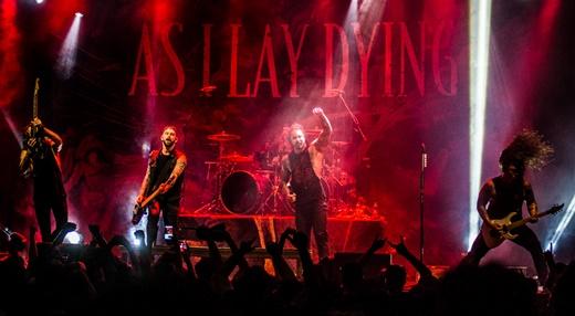 Palco do show de estreia do As I Lay Dying no Rio, no Circo Voador, com boa participação do público