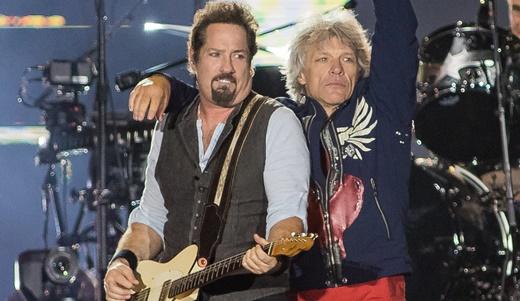 O bom guitarrista John Shanks recebe o abraço do 'boss' durante o show de domingo no Rock In Rio