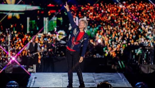 O aeróbico Jon Bon Jovi partindo para agitar na plataforma que divide o público ao meio
