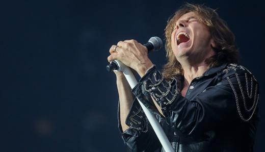 Em boa forma, o empático vocalista do Europe, Joey Tempest, comanda a tarde de rock no Rockfest