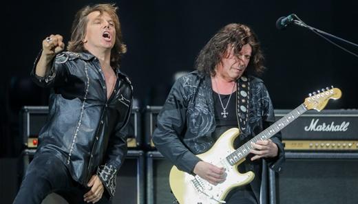 Tempest agitando ao lado do guitarrista John Norum, que tem ótimas intervenções durante o show