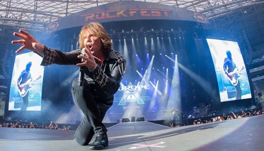Bela imagem de Joey Tempest na frente da passarela que avança do palco em direção ao público