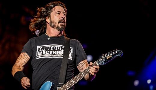 O líder do Foo Fighters, Dave Grohl, comanda um show fadado a comparações com o passado