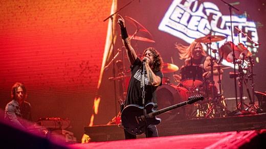 Grohl se comunica com o público; ao fundo o tecladista Rami Jaffee e o batersita Taylor Hawkins