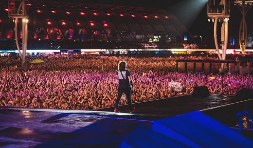 Um mundo gente na frente de Dave Grohl; ele sabe que o Foo Fighters tem que botar pra quebrar