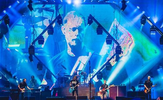 Vista de longe do Palco Mundo com toda a banda tocando durante o ótimo show do Foo Fighters
