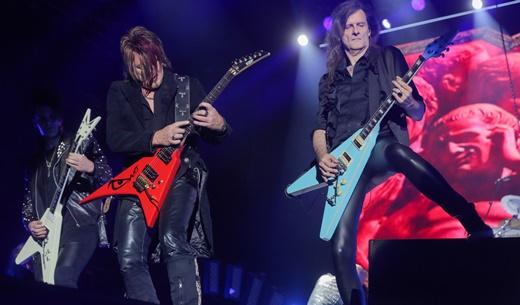 Os três guitarristas debulham na borda do palco: Sascha Gerstner, Kai Hansen e Michael Weikath