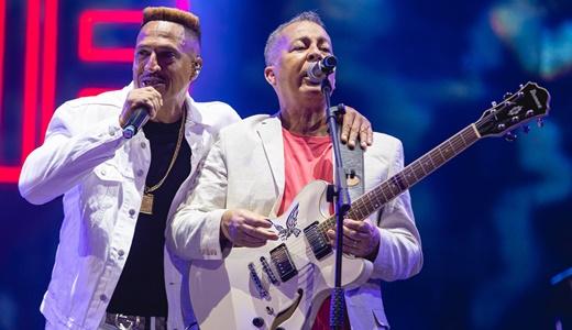 Mano Brown canta ao lado de Hyldon, outro convidado do show, representando o soul brasileiro