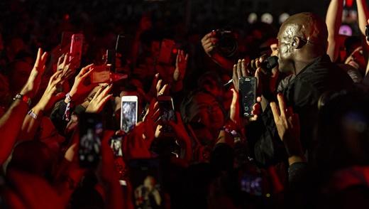 Em três músicas Seal desce no vão entre a grade e o palco para cantar jundo com os fãs