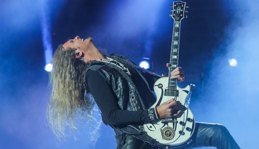 Joel Hoekstra empunha a guitarra com propriedade durante o ótimo show do Whitesnake
