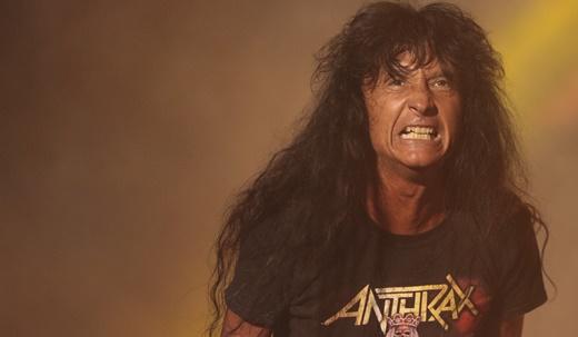 O vocalista do Anthrax, Joey Belladonna, em grande forma no show que enlouqueceu o Palco Sunset