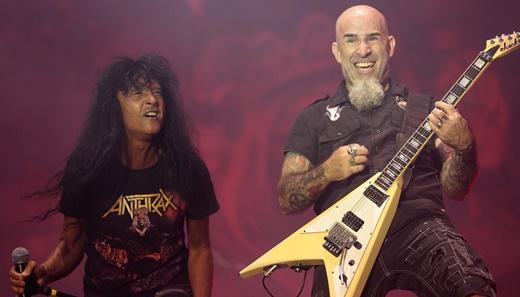 Joey Belladonna ao lado do felicíssimo guitarrista Scott Ian, integrante fundador do Anthrax