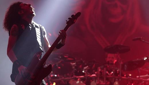 Toda a performance do alucinado baixista Frank Bello, em um dos melhores shows do dia do metal