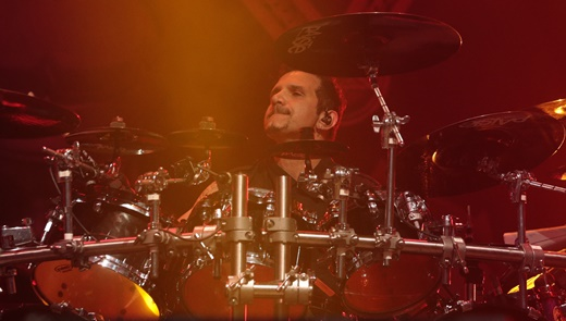 A constância do baterista do Anthrax, Charlie Benante, que assina boa parte das músicas do grupo