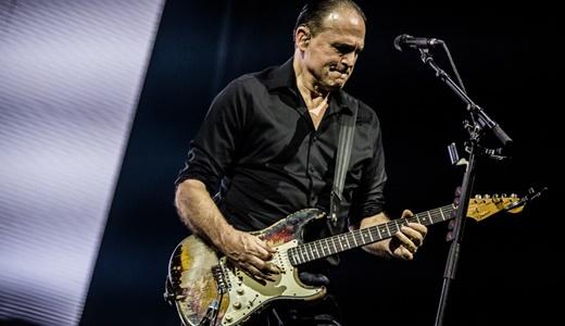 O ótimo Keith Scott, que acompanha Bryan Adams desde a década de 1980, e sua guitarra surrada
