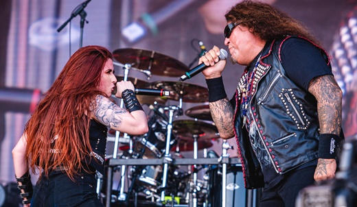 A vocalista do Torture Squad, Mayara Puertas, mandando bem junto com Chuck Billy, do Testament