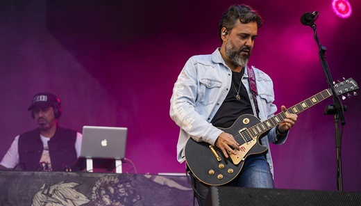 Mais Detonautas: o guitarrista Renato Rocha e o DJ Cléston fazendo as bases no fundo do palco
