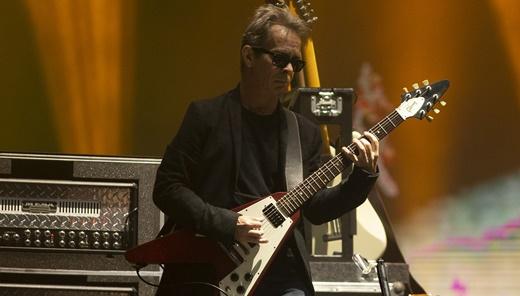 O guitarrista Tim Reynolds parece discreto, mas trava duelos nas ótimas improvisações da DMB
