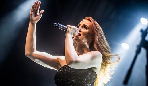 A vocalista do Epica, Simone Simons, em toda a sua plenitude, segue cantando muito bem