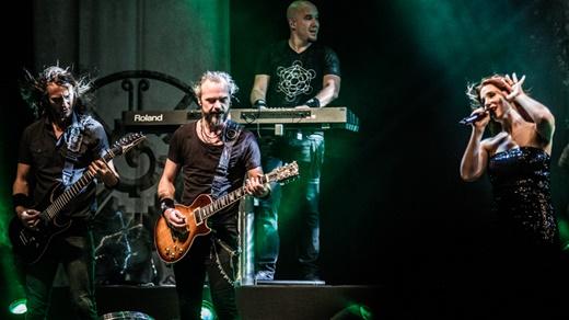 O guitarrista e fundador do Epica, Mark Jansen, Isaac Delahye, Simone Simons e Coen Janssen no fundo