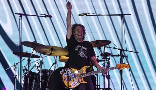 O amalucado baixista Robby Takac se movimenta o tempo todo e ainda canta em uma das músicas