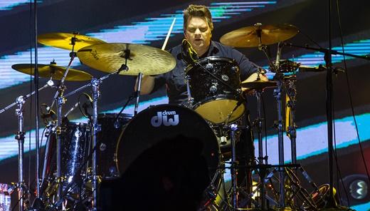 A seriedade do baterista do Goo Goo Dolls, Craig Macintyre, de pegada firme, mas bem discreta