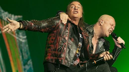 Somos amigos: Andi Deris é abraçado por Michael Kiske no início do show do Helloween