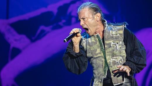 O possuído vocalista do Iron Maiden, como gogó em dia, em noite de interminável animação