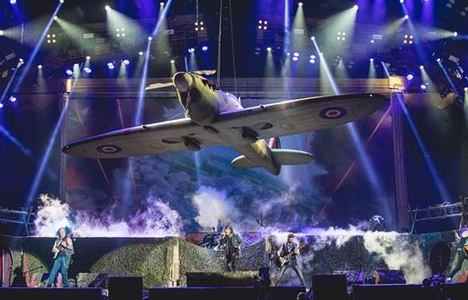 O avião de 'Aces High' sobrevoando o palco na abertura do show do Iron Maiden: só o começo