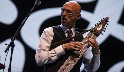 Tony Levin com o chapman stick, instrumento híbrido entre guitarra de 12 cordas e baixo