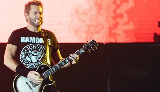 O vocalista e guitarrista do Nickelback, Chad Kroeger, em dia de ressaca e muita falação