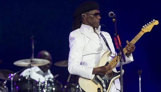 Nile Rodgers empunha a guitarra durante o baile de sucessos que produziu ao longo de décadas