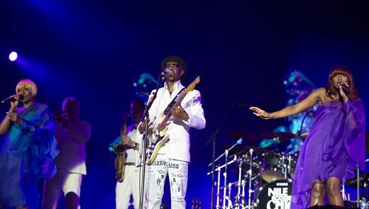 A populosa banda de Nile Rodgers, que garante o baile setentista dançante com ótimo nível musical