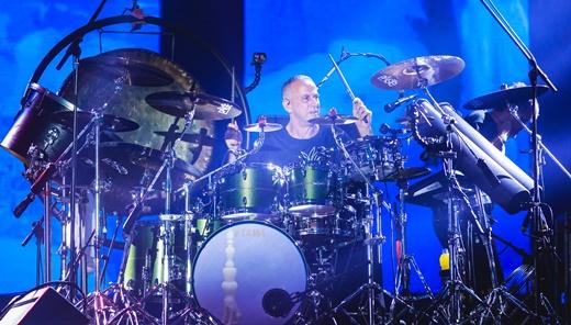 Barone em seu complexo kit de bateria: há anos reconhecidamente um dos maiores bateristas do Brasil