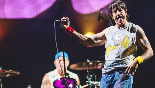 O vocalista do Red Hot Chili Peppers, Anthony Kiedis, faz careta, com o batera Chad Smith no fundo