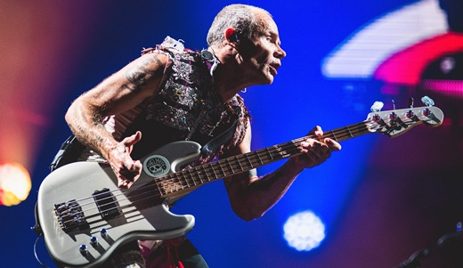 O baixista e figuraça Flea estala as cordas: uma das molas criativas do Rede Hot Chili Peppers