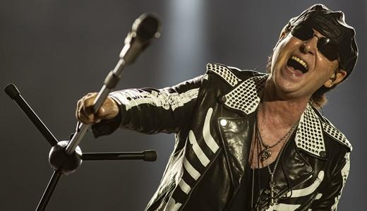 O vocalista Klaus Meine, em gesto de colocar o público para cantar com o pedestal do microfone