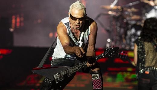 O alucinado guitarrista Rudolf Schenker, do Scorpions, se dirige a um fã na beirada do palco