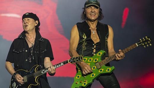 Meine e o guitarrista Matthias Jabs, com a guitarra usada no show do Rock In Rio original, de 1985