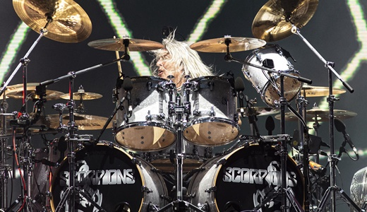 O ex-baterista do Motörhead, Mikkey Dee, titular do posto no Scorpions, atrás do poderoso kit