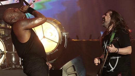 Derrick interage com o guitarrista Andres Kisser durante o show do Sepultura no Rock In Rio