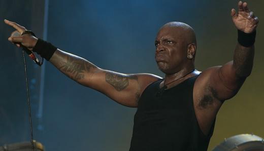 O vocalista do Sepultura, Derrick Green, com total apoio de público e domínio de palco