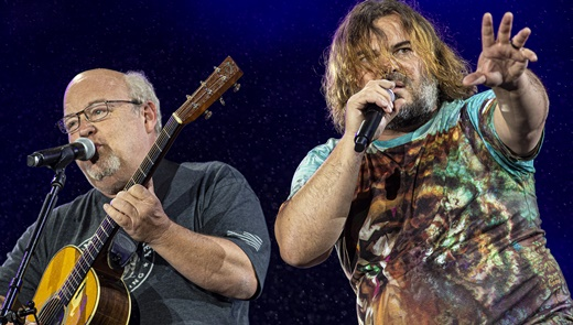 Kyle Glass e Jack Black mandam os esquetes de humor para a plateia no Palco Mundo do Rock In Rio