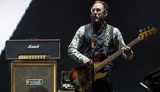 O seguro baixista Scott Shriner, elegante e firme nos vocais de apoio no show do Weezer